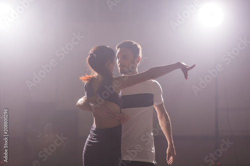 Küchenrückwand aus Glas mit Foto Tanzschule Active happy adults dancing bachata together in dance class