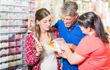 Verkäuferin Berät Kunden Im Heimwerkermarkt Bei Farbwahl Für Die Wandfarbe