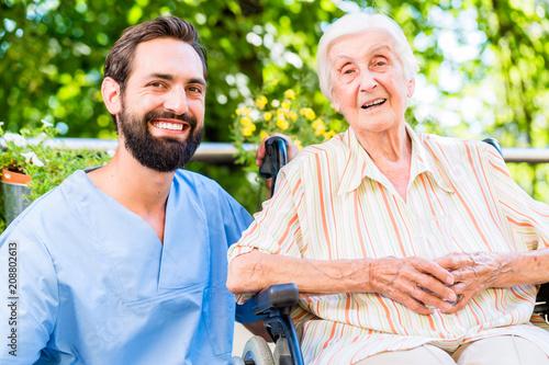 Fotografía Altenpfleger unterhält sich mit Seniorin im Heim