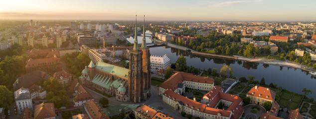 Dzień dobry Wrocław! Widok z lotu ptaka na Ostrów Tumski, rzekę oraz mosty - Wrocław, Polska