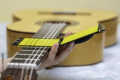 Poster  Herramienta para mantenimiento de diapasón y cuerdas de guitarra.