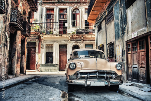 Montage in der Fensternische Havanna Old classic car in a street of havana with buildings in background