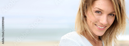 Fotografía Portrait of beautiful 40-year-old blond woman, template