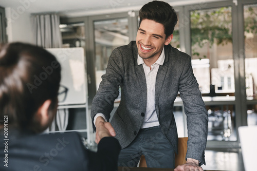 Fotografía  Business, career and placement concept - joyful young man 30s smiling and shakin