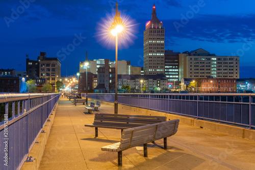 Fotografía  Pont De Rennes Pedestrian Bridge in Rochester, New York at Night