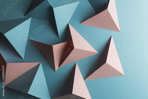 Skład z trójgraniastymi kształtami papier, błękitny tło