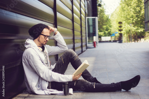 Fotografie, Obraz  Reading and relaxing in the city.