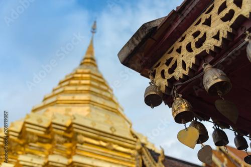 Foto op Plexiglas Bedehuis The golden bell ant the golden temple against with blue sky,