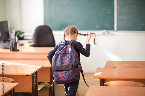 Fotografia student leaves class. end of school year. the lessons are over