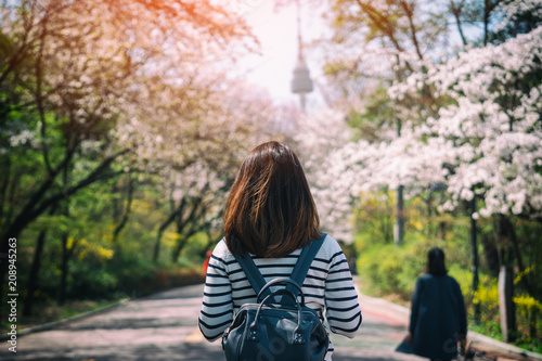 Photo sur Aluminium Seoul Young woman traveler backpacker traveling into N Seoul Tower at Namsan Mountain in Seoul City, South Korea.