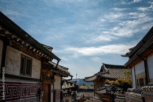 Photo sur Aluminium Seoul Traditional korean style architecture in Bukchon Hanok Village with N Seoul Tower on Namsan mountain in background at Seoul, South Korea.