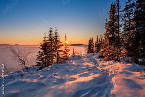 Foto op Plexiglas Aubergine Winter sunset over Silver Harbour on Lake Superior