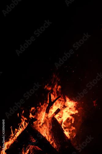In de dag Vuur / Vlam Fire Flame & Sparks on Dark Black Background
