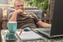 Zufriedener Mann Arbeitet Im Home Office