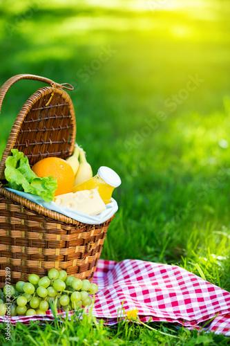 Stickers pour portes Pique-nique Picnic basket with vegetarian food in summer park