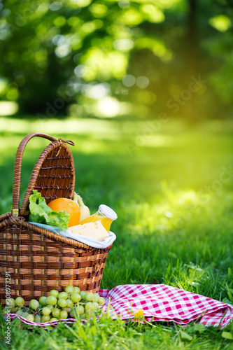 Spoed Foto op Canvas Picknick Picnic basket with vegetarian food in summer park