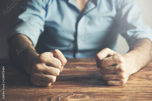 Foto  man slamming her fist on a  table