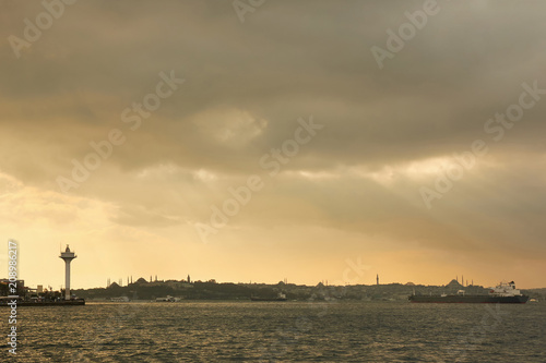 Photo  Landscape panoramic view from the sea to the historical part of Istanbul, Turkey