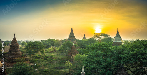 Sonnenaufgang über Bagan (Tempelstadt, Myanmar) Poster