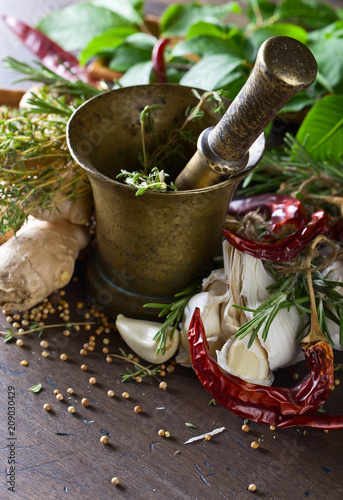 In de dag Aromatische Different herbs and spices on a wooden table .