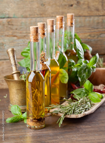 In de dag Aromatische Bottles olive oil with various herbs and spices.