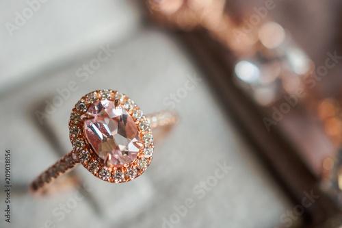 Luxury Diamond Ring In Jewelry Box Vintage Style Kaufen Sie Dieses