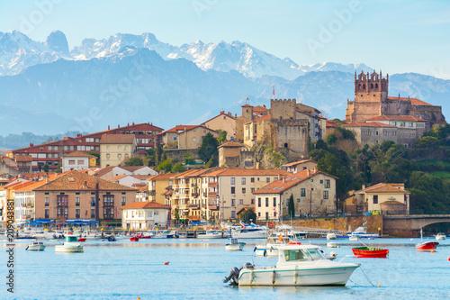 Fotografía panoramic views to san vicente de la barquera traditional village at cantabria,