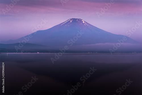 Foto auf Gartenposter Reflexion Mountain Fuji with reflection at Lake Yamanakako in morning