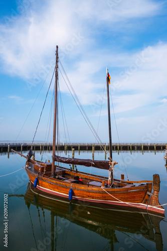 Foto op Plexiglas Poort Zeesenboot im Hafen von Dierhagen am Bodden