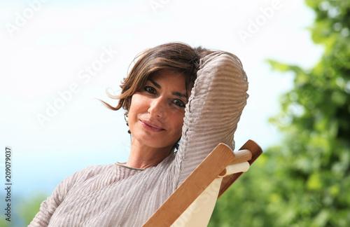 Fotografía  Donna seduta in giardino in relax