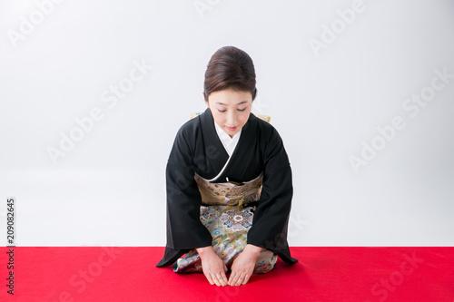 Obraz na plátně  お辞儀する黒留袖の女性