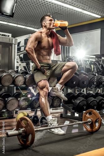 bodybuilder in gym Canvas-taulu
