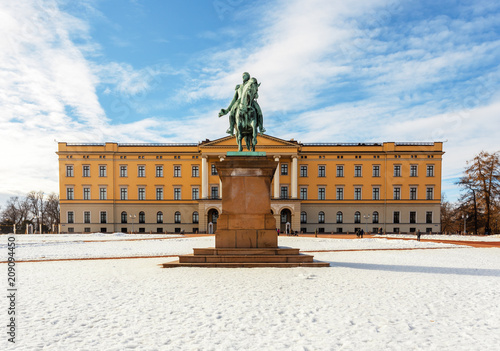 Photo Royal palace and slottsplassen in winter Oslo Norway
