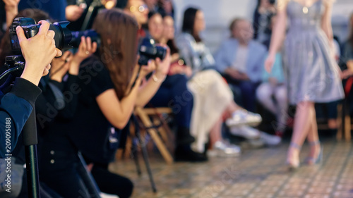 Fotografía  Closeup of photographers working on presentation of modern fashion show