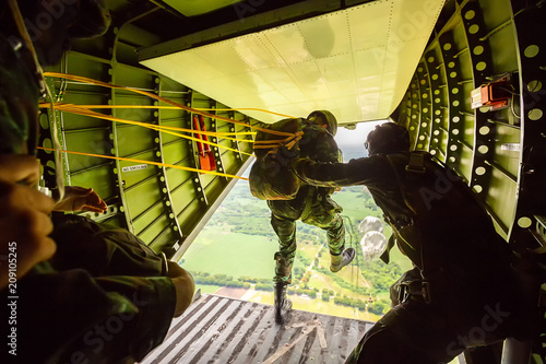 Deurstickers Luchtsport Rangers parachuted from military airplanes, Soldiers parachuted from the plane, isolated airborne soldier, practice parachuting, Paratroopers jumping from an airplane.