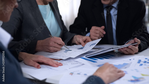 Εκτύπωση καμβά Government officials discussing import and export report diagrams, research