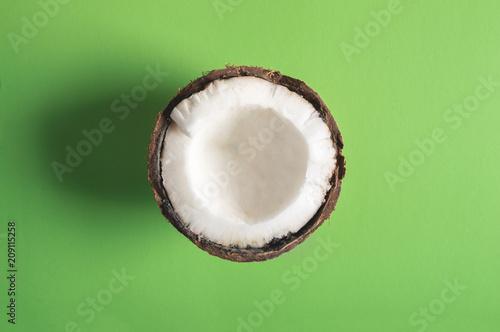 polowa-kokosa-na-zielonym-tle-minimalistycznym