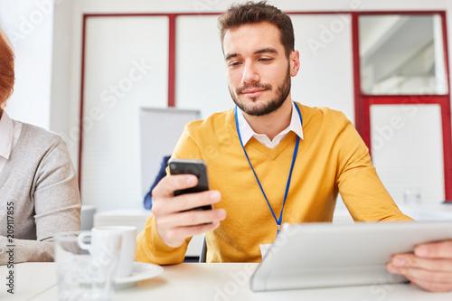 Fototapeta Business Mann nutzt eine Smartphone App obraz