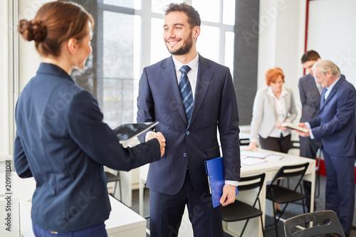 Foto  Geschäftspartner schütteln sich die Hände