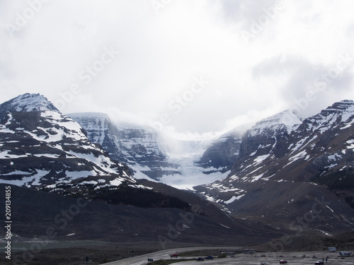 Fotobehang Grijze traf. Views on Mountains surrounding Columbia Icefield and Glacier, Canada