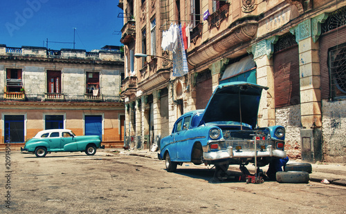 Staande foto Havana Old vintage american car with engine problem