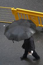 Hombre Caminando Bajo La Lluvi...
