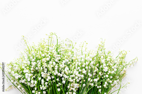 Poster Muguet de mai Small and fragrant spring flowers. Bouqet of lily of the valley flowers on white background top view copy space