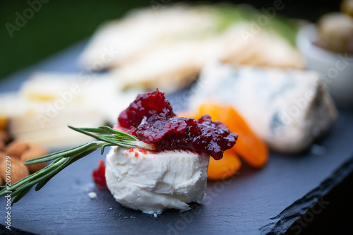 Photo Appetizer of cheese and fruit