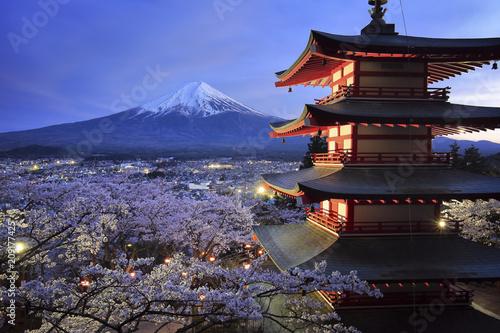 新倉山浅間公園より望む桜と五重塔と富士山の夜景