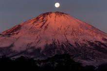 夜明けの富士山と月