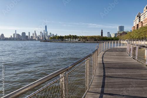 Fototapeta New York City skyline po drugiej stronie rzeki od promenady