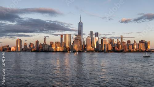 Poster Lieux connus d Amérique New york city skyline daytime sun clouds blue golden hour