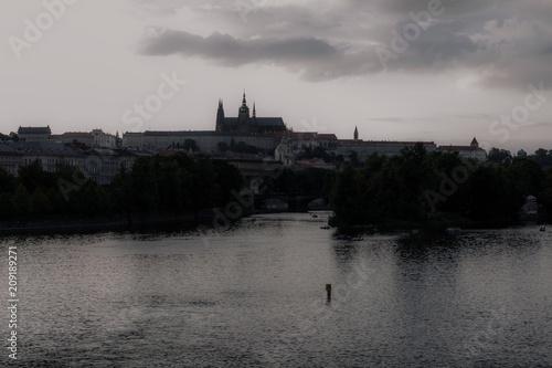 Obraz na plátně Il centro storico di Praga e il fiume Moldava