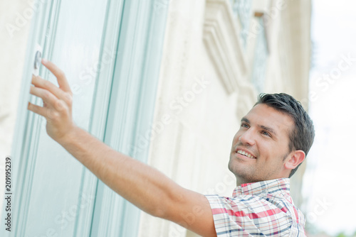 Foto  Man ringing at a door